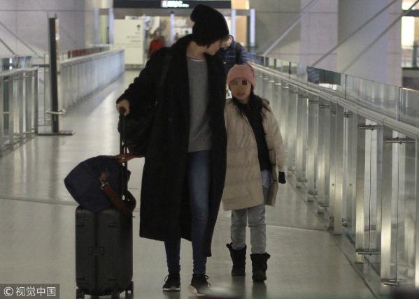 袁泉携女儿回上海过年 全程贴心呵护