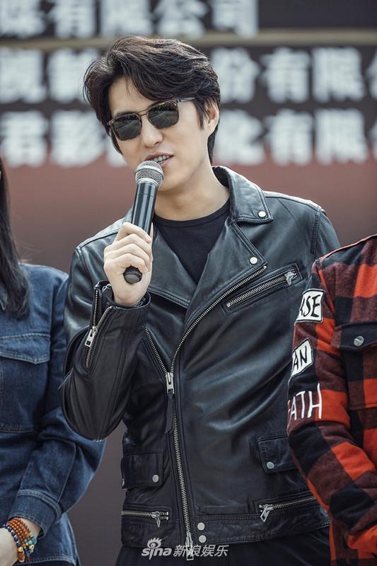 组图:靳东蒋欣组cp拍新剧 携手踏上疗情之旅