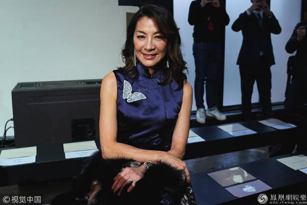55岁杨紫琼现身时装周 一身中国风打扮尽显东方神韵