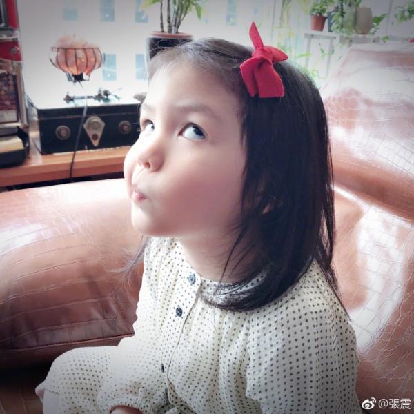 张震晒女儿近照庆祝其3岁生日 翻白眼搞怪十足超可爱