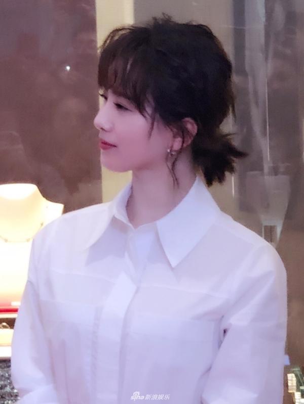 组图:刘诗诗卷毛新发型俏皮可爱 好气质好状态无惧路人镜头