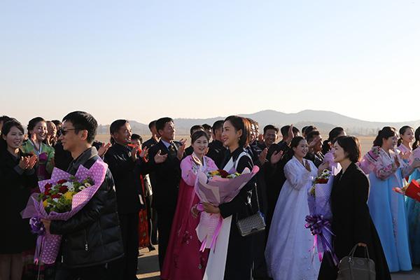 中国文艺工作者代表团抵达朝鲜访问 张国立佟丽娅等在列