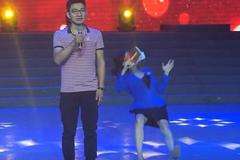 女主持人在台上突然倒地