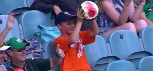 看哭了!外国小男孩吃西瓜,竟是用这种方式,心疼他