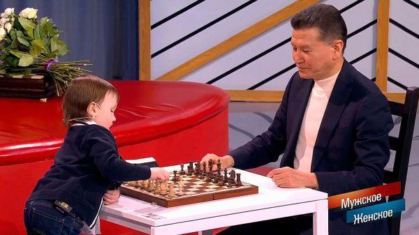 2016年岁末,天才儿童选秀现场,不服输的米沙又来了,这回他的对手是俄罗斯风头最劲的新星谢尔盖?卡里亚金。卡里亚金说:我对米沙的棋艺深感震惊,我经常跟小孩下棋,但从未遇到过这么年幼但思路却如此绵密的棋手。希望他能成为未来的世界冠军,他具备这样的天赋。重要的是细心呵护他的成长,切忌拔苗助长。    国际象棋联合会主席伊柳姆日诺夫也知道这个小神童的存在,因为两人常在各类比赛中邂逅,他有时还会致电米沙的家长。有一次,二人决定下一盘,最终和棋。米沙的对手还包括印古什自治共和国总统叶夫库罗夫,二人也是和棋,政
